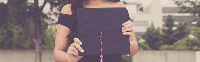 дівчина із дипломом в руках